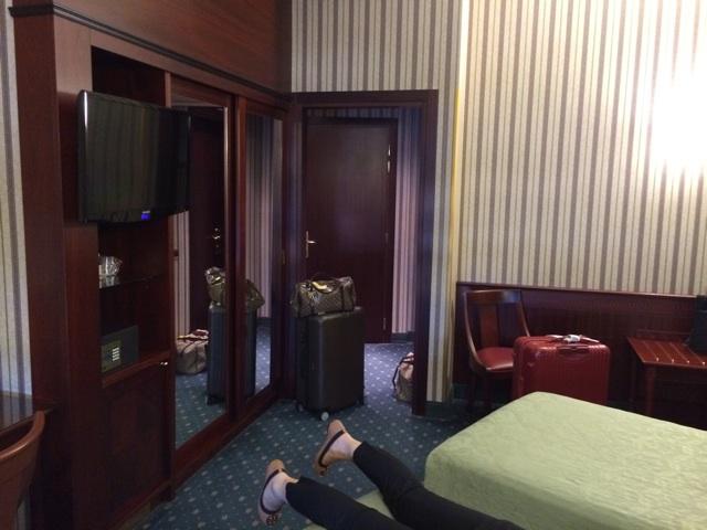 ミラノのアンタレスコンコルドホテルのベッドに倒れこむ